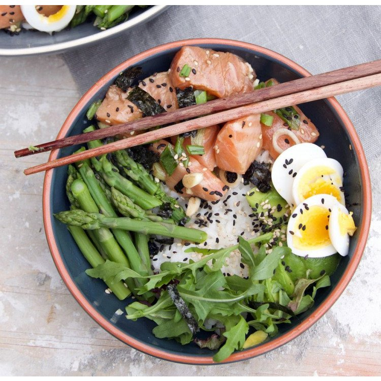 Poké Bowl with salmon & green asperges